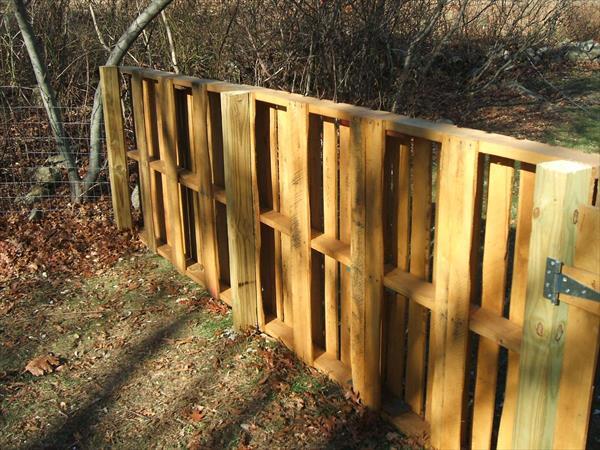 Забор из деревянных паллет