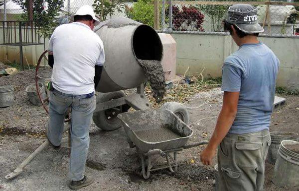 Выгрузга готовой смеси из бетономешалки