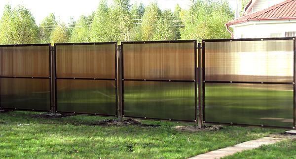 Забор из поликарбоната между соседями на даче