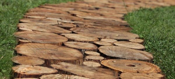 Дорожка из деревянных спилов на дачном участке