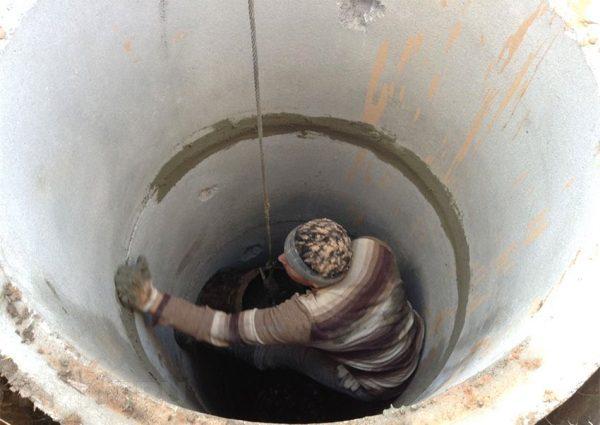 Как самостоятельно почистить колодец