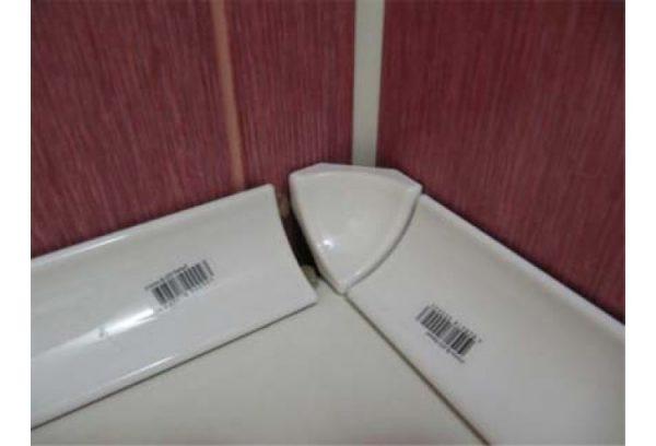 Как эффективно заделать щель между ванной и стеной
