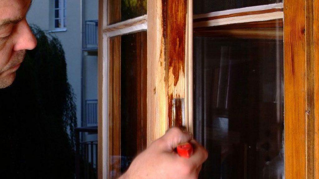 как устранить повреждения деревянного окна