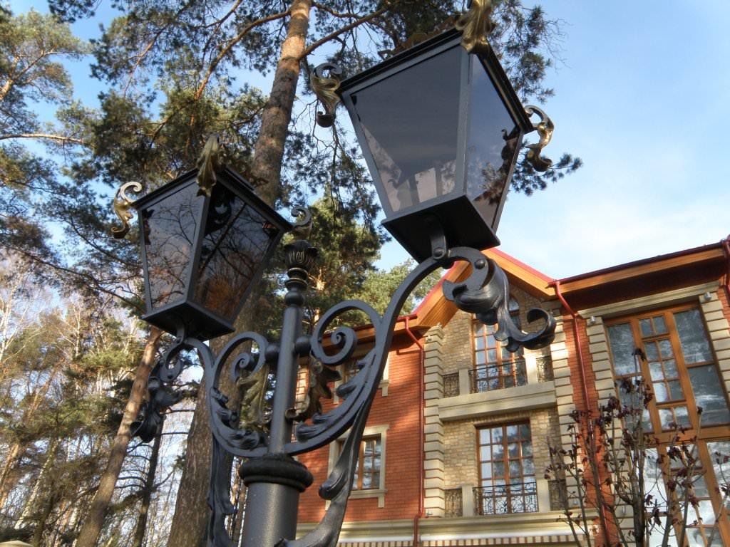кованные уличные фонари