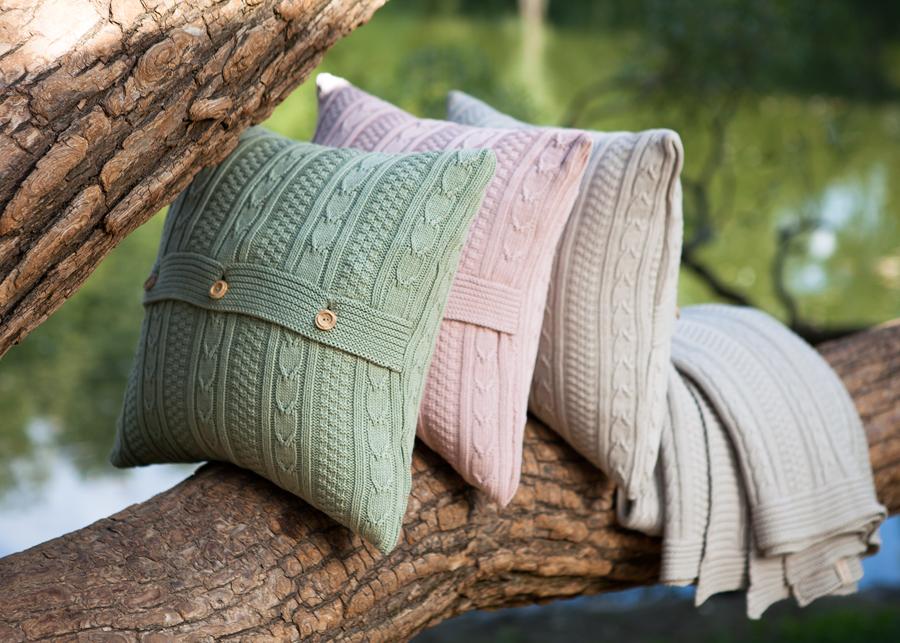 Узнайте, как смешивать и сочетать декоративные подушки
